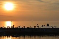 Coucher du soleil sur une petite ville de mer photos stock