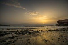 Coucher du soleil sur une plage Image libre de droits