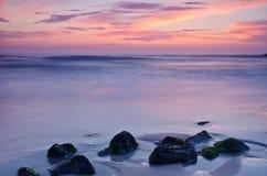 Coucher du soleil sur une plage Photos stock
