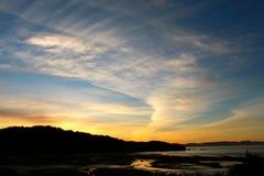 Coucher du soleil sur une plage d'or reculée de baie Image stock