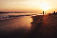 Coucher du soleil sur une plage dans Bali Photos stock