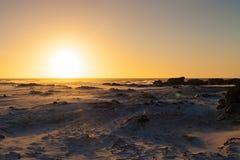 Coucher du soleil sur une plage sablonneuse Photos libres de droits