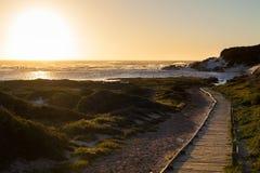 Coucher du soleil sur une plage sablonneuse Image stock