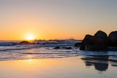 Coucher du soleil sur une plage sablonneuse Photo stock
