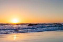 Coucher du soleil sur une plage sablonneuse Photo libre de droits