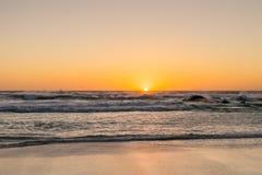 Coucher du soleil sur une plage sablonneuse Photographie stock