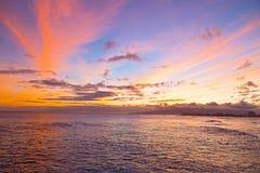 Coucher du soleil sur une plage surfante à Honolulu, Hawaï Image libre de droits