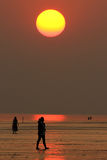Coucher du soleil sur une plage tranquille Photographie stock libre de droits