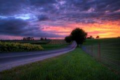 Coucher du soleil sur une route de campagne image stock