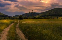 Coucher du soleil sur une route de campagne photographie stock libre de droits