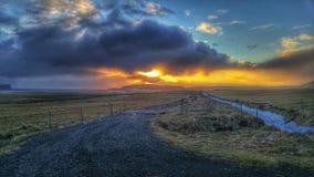 Coucher du soleil sur une route vide en Islande Images libres de droits