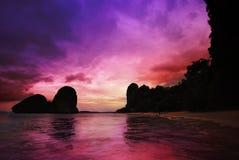 Coucher du soleil surréaliste, ao Nang, Krabi Thaïlande Images stock