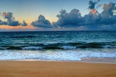 Coucher du soleil tôt d'Hawaï sur le rivage Photographie stock libre de droits