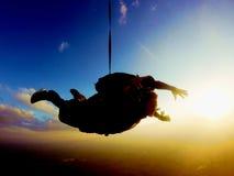 Coucher du soleil tandem étonnant de saut Photographie stock