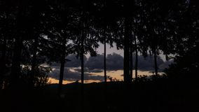 Coucher du soleil Timelapse avec des nuages en Orégon banque de vidéos