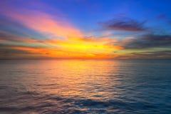 Coucher du soleil étonnant au-dessus de mer d'Andaman Image stock