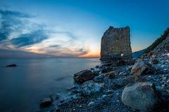 Coucher du soleil étonnant près de roche de voile en Russie Images libres de droits