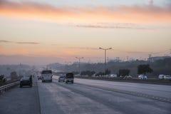 Coucher du soleil du trafic de route à Islamabad photographie stock libre de droits