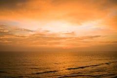 Coucher du soleil tranquille au-dessus de paysage marin photographie stock libre de droits