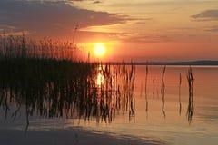 Coucher du soleil tranquille près de l'eau Photos libres de droits