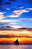 Coucher du soleil tropical étonnant et silhouette de bateau, Boracay photos stock