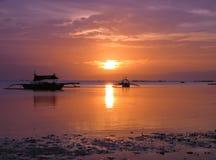 Coucher du soleil tropical avec des bateaux de pêche Photographie stock libre de droits