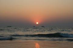 Coucher du soleil tropical avec des récipients au fond Photographie stock libre de droits