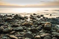 Coucher du soleil tropical coloré en mer Image libre de droits