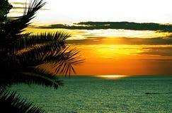 Coucher du soleil tropical de Beautifull en mer image stock