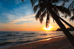 Coucher du soleil tropical. Ko Chang. La Thaïlande. Photo stock