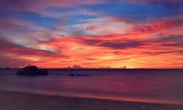 Coucher du soleil tropical L'atmosphère idyllique du crépuscule Photos libres de droits