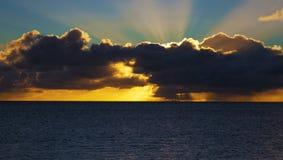 Coucher du soleil tropical pluvieux images stock