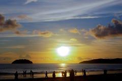 Coucher du soleil tropical sur la baie de Kota Kinabalu Photographie stock libre de droits