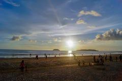 Coucher du soleil tropical sur la baie de Kota Kinabalu Image libre de droits