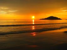Coucher du soleil tropical sur la plage de Palolem, Goa, Inde photos stock