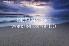 Coucher du soleil trouble sur la plage avec la citation inspirée - les rêves mettent le travail du ` t à moins que vous fassiez Images libres de droits