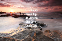 Coucher du soleil trouble sur la plage avec la citation inspirée - vivent simplement, le rêve grand, soit reconnaissant, donnent  Photographie stock libre de droits