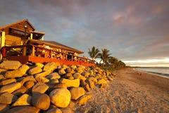 Coucher du soleil à un bar de plage au Fiji Photos stock