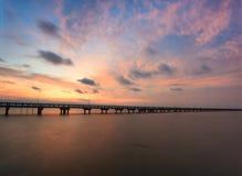 Coucher du soleil un pont Images libres de droits