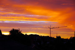Coucher du soleil urbain d'or. Photo stock