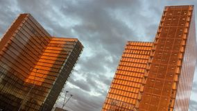 Coucher du soleil urbain de rouge de bnf de cieux de Paris Photos stock