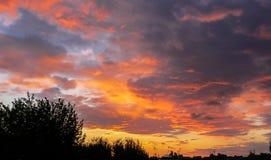 Coucher du soleil urbain dramatique avec les nuages et la silhouette photo libre de droits