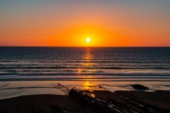 Coucher du soleil vers la mer d'océan images libres de droits