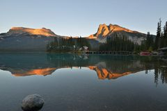 Coucher du soleil vert de lac en stationnement national de Yoho Image libre de droits