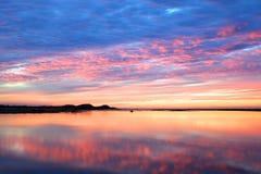 Coucher du soleil vibrant au-dessus de l'eau photographie stock libre de droits