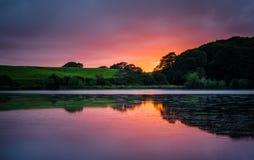Coucher du soleil vibrant au-dessus de lac photos libres de droits