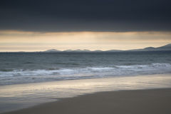 Coucher du soleil vibrant de beau paysage marin de paysage Images stock