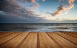 Coucher du soleil vibrant renversant d'hiver au-dessus de longues vagues de recul d'exposition Photographie stock libre de droits