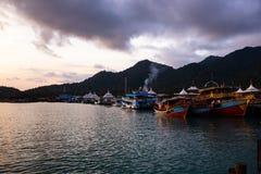 Coucher du soleil vif avec une vue sur un coup Bao du village des pêcheurs populaires à l'île de Ko Chang en Thaïlande, avril 201 image libre de droits