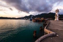 Coucher du soleil vif avec une vue sur un coup Bao du village des pêcheurs populaires à l'île de Ko Chang en Thaïlande, avril 201 image stock